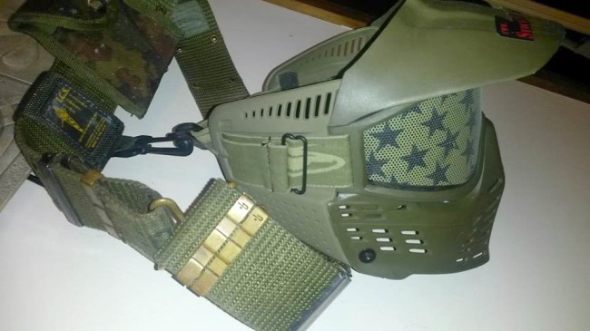 Mask attached to the belt with the Idema mask clip.